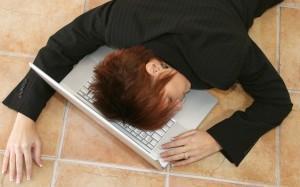 femme allongé sur son travail qui subit une baisse de productivité